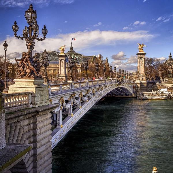 Как называется самый старый мост в Париже?